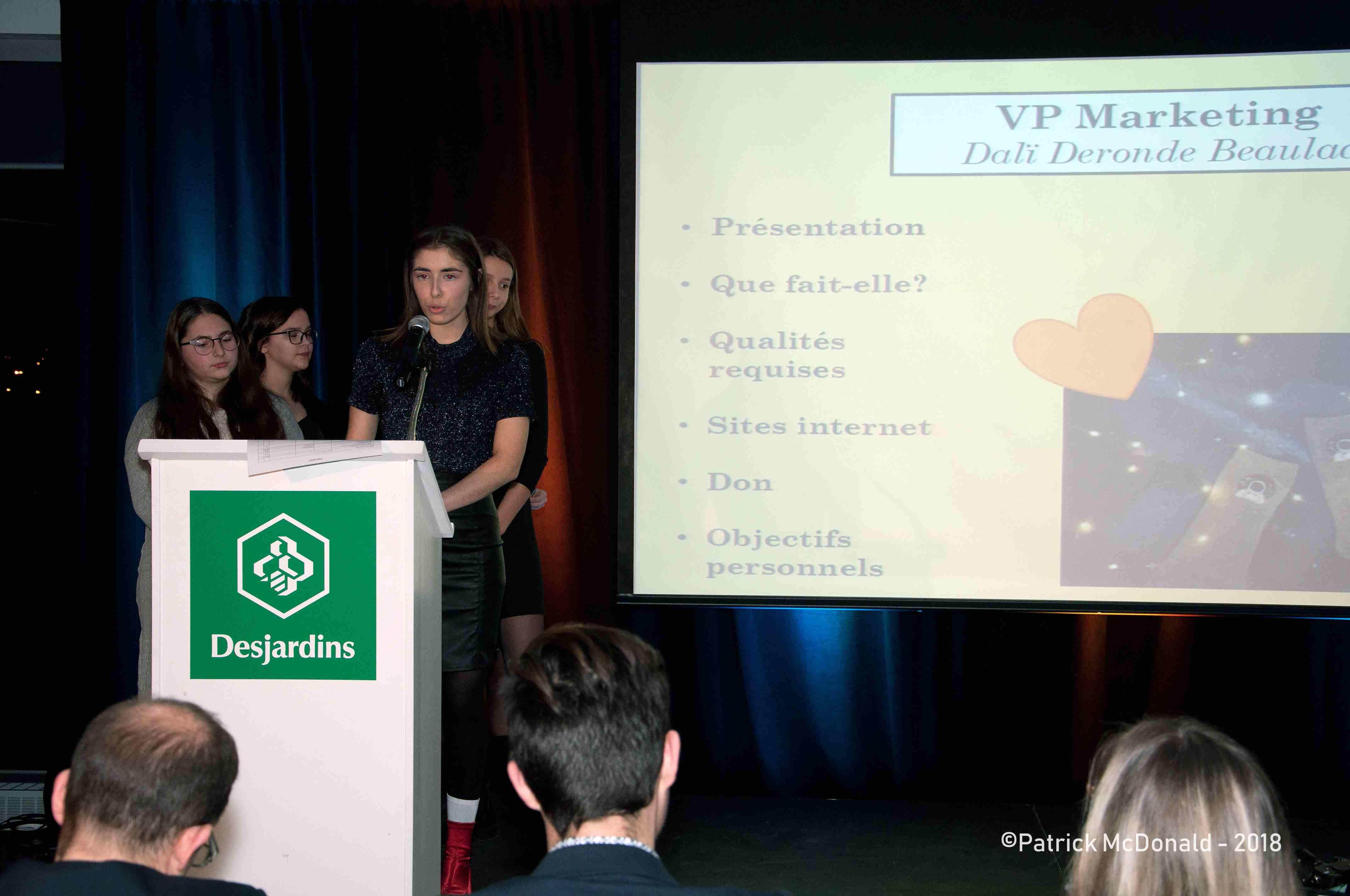 Photo de l'équipe Adéla sur scène à la présentation des plans d'affaires en 2018.